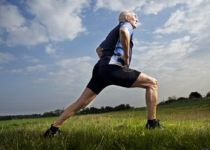 Envelhecimento saudável - Idoso se alongando e preparando para correr